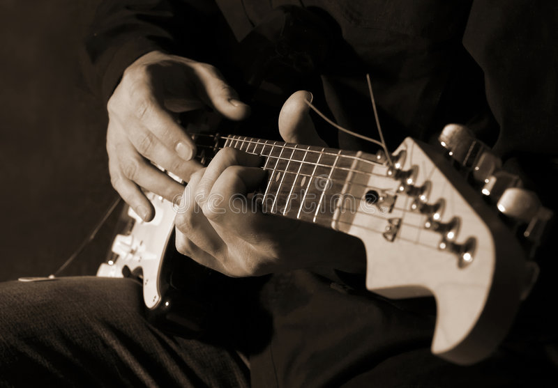 Muzyk bawić się gitarę fotografia stock