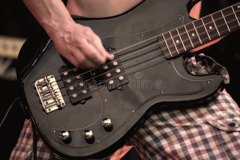 Muzyk bawić się gitarę elektryczną na koncercie fotografia royalty free
