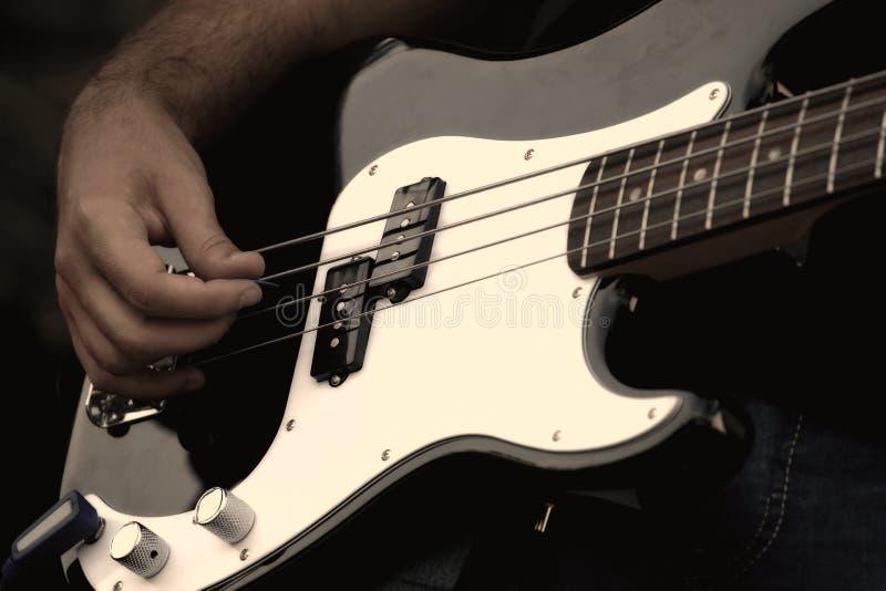 Muzyk bawić się gitarę elektryczną na koncercie obrazy royalty free