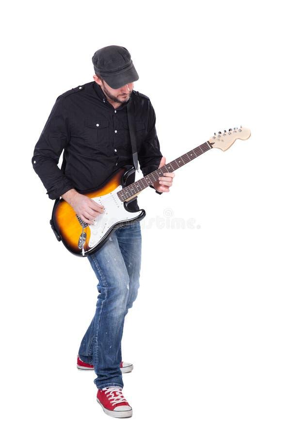 Muzyk bawić się gitarę elektryczną z entuzjazmem Odizolowywający na bielu obrazy stock