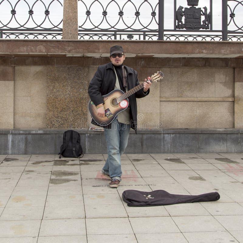 Muzyk bawić się gitarę w Yekaterinburg, federacja rosyjska obrazy stock