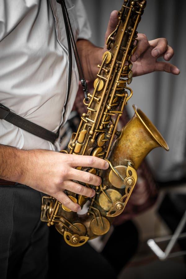 Muzyk bawić się saksofon zdjęcia stock