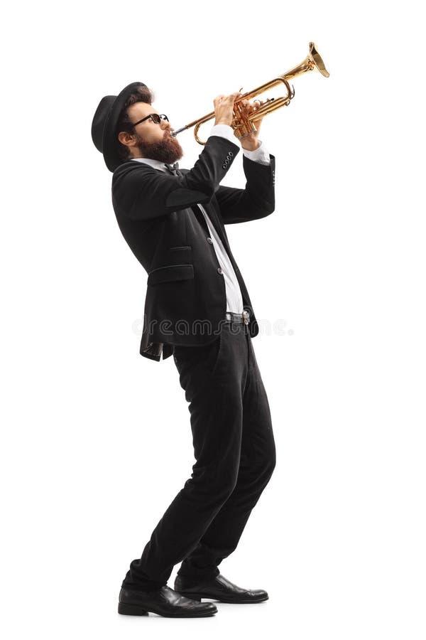 Muzyk bawić się trąbkę obrazy stock