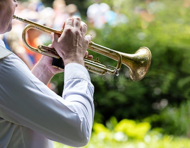 Muzyk bawić się trąbkę w militarnym zespole na wolnym powietrzu koncert obrazy royalty free
