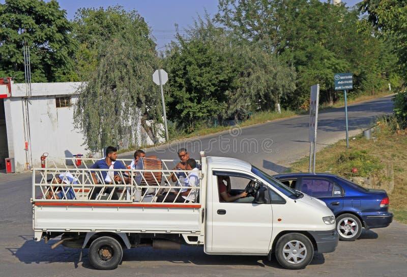 Muzyk jedzie w ciele mała ciężarówka obraz royalty free
