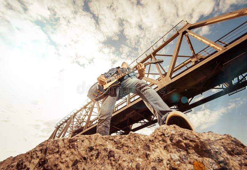 Muzyk pod mostem zdjęcia royalty free