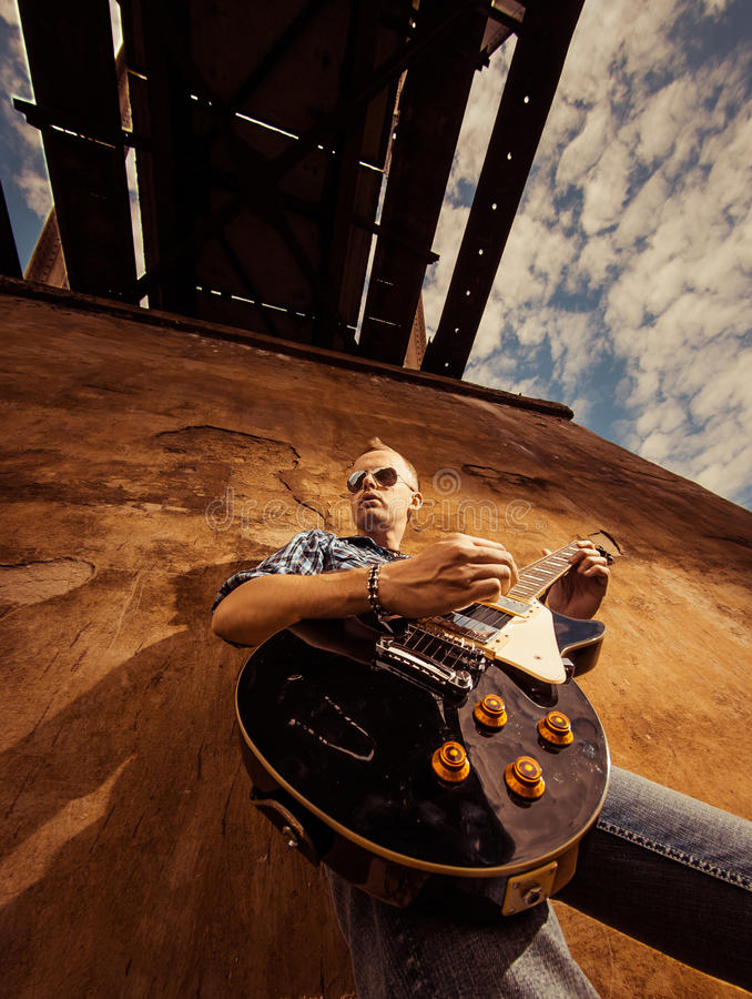 Muzyk pod mostem fotografia stock