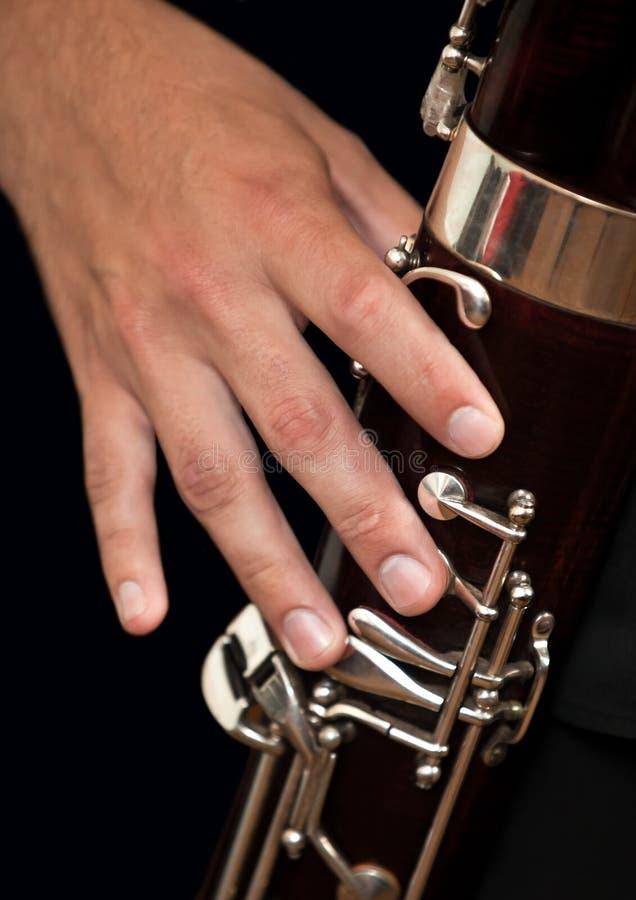 Muzyk ręka bawić się fagot zdjęcia stock
