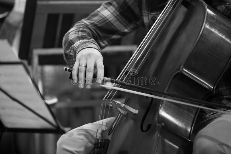 Muzyk ręka bawić się wiolonczelę zdjęcia royalty free