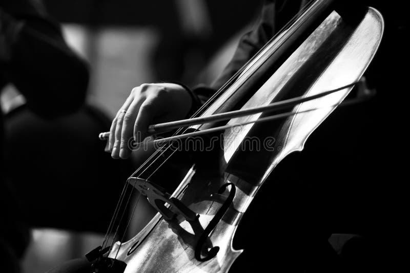 Muzyk ręka bawić się wiolonczelę obraz stock