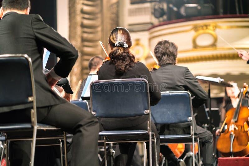 Muzyk sztuki skrzypce Skrzypaczka bawić się skrzypcowego stringst na koncertowej scenie zbliżenie obraz stock