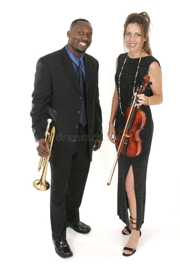 muzyk trąbki dwa skrzypce. fotografia royalty free