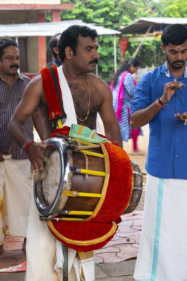 Muzyk w ?wi?tyni przy Kerala, India zdjęcia stock