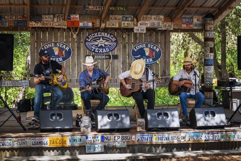 Muzyka country zespół bawić się w muzycznym miejscu wydarzenia w Luckenback, Teksas obraz royalty free