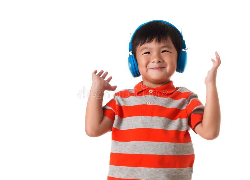 muzyka i technologii pojęcie Azjatycka chłopiec z hełmofonem odosobniony zdjęcia royalty free