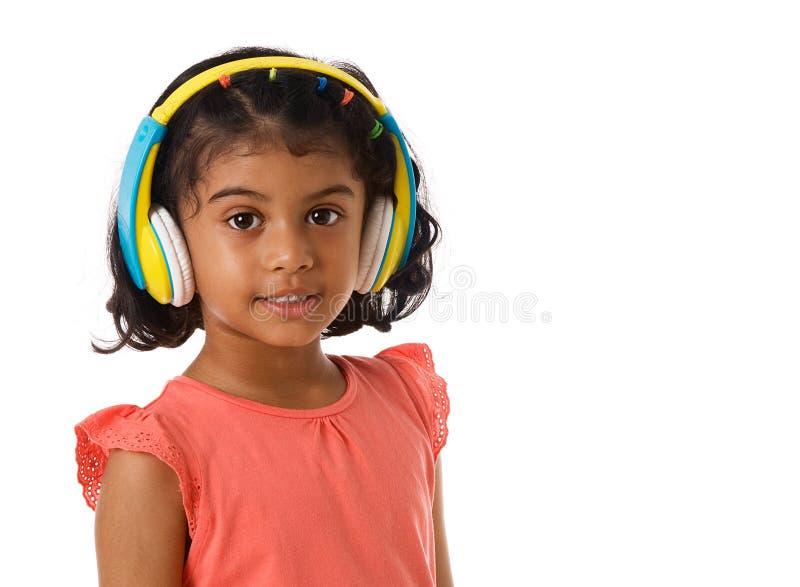 muzyka i technologii pojęcie Dziecko z hełmofonami odosobniony fotografia stock