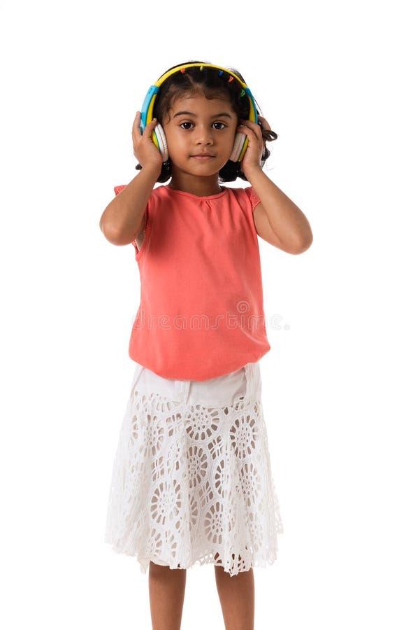 muzyka i technologii pojęcie Dziecko z hełmofonami odosobniony obraz royalty free