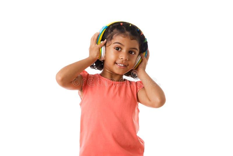 muzyka i technologii pojęcie Dziecko z hełmofonami odosobniony zdjęcie stock