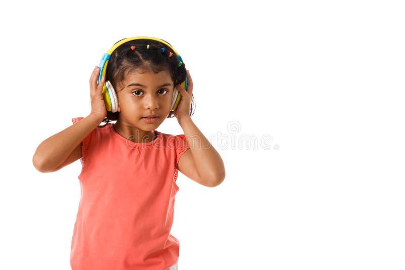 muzyka i technologii pojęcie Dziecko z hełmofonami odosobniony fotografia royalty free