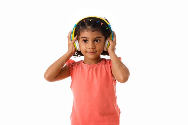 muzyka i technologii pojęcie Dziecko z hełmofonami odosobniony obrazy stock