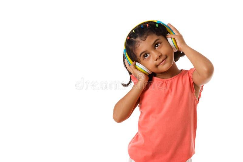 muzyka i technologii pojęcie Dziecko z hełmofonami odosobniony zdjęcie royalty free