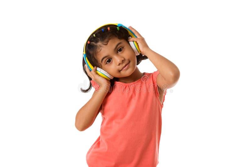 muzyka i technologii pojęcie Dziecko z hełmofonami odosobniony obraz stock