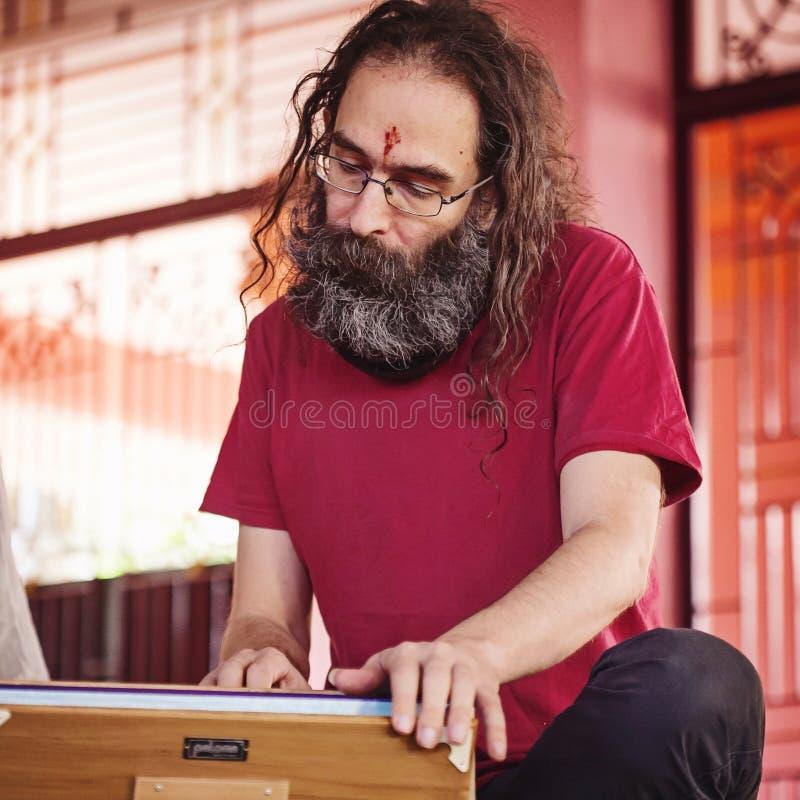 Muzyka Jaya Deva spełnianie przy Sadhu Om Samadhi świątynią fotografia royalty free
