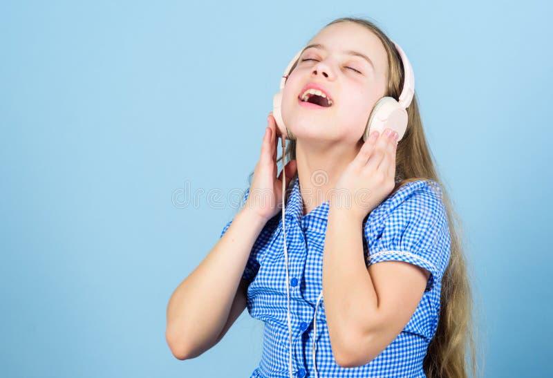 Muzyka jest co jak brzmi? jej uczucia Ma?y dziecko cieszy si? elektronicznego d?wi?ka bawi? si? w s?uchawkach wyluzuj troch? dzie fotografia royalty free