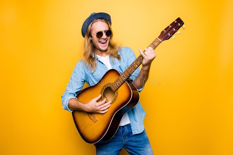 Muzyka jest mój stylem życia! Z podnieceniem i beztroski muzyk ubierający wewnątrz zdjęcia royalty free