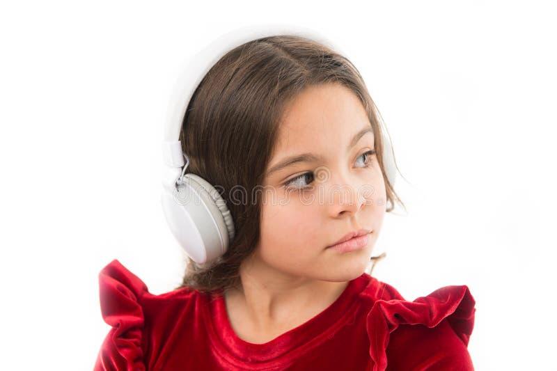 Muzyka jest tak dużo zabawą mała dziewczyny smokingowa czerwień dzieciństwo i szczęście mały dziecko w hełmofonach muzyka _ obrazy royalty free