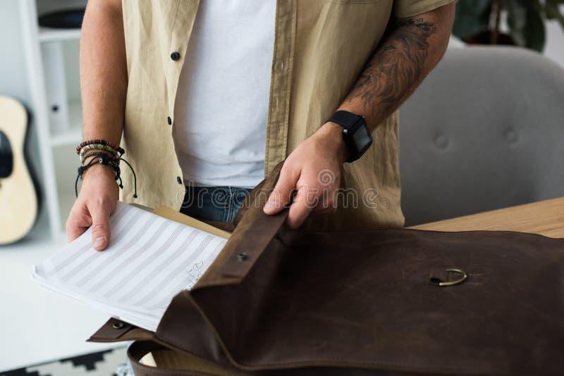 Muzyka kładzenia muzyczny notatnik w torbę fotografia royalty free