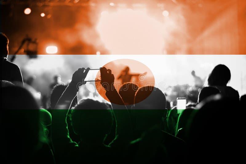 Muzyka na żywo koncert z mieszać Niger flaga na fan obraz stock