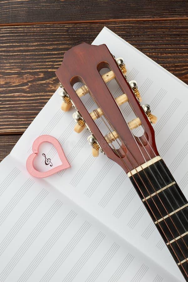 Muzykalne notatki z gitarą i sercem obraz stock