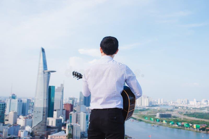 Muzykalny pojęcie Przypadkowy mężczyzna bawić się ćwiczy gitarę obraz stock