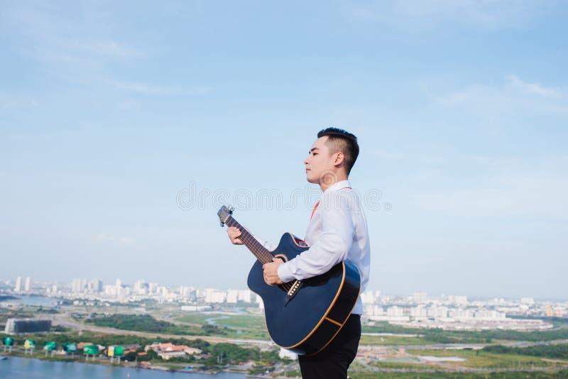 Muzykalny poj?cie Przypadkowy m??czyzna bawi? si? ?wiczy gitar? obraz royalty free