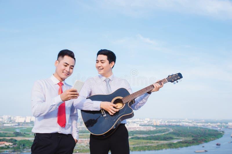 Muzykalny poj?cie Przypadkowy m??czyzna bawi? si? ?wiczy gitar? fotografia stock