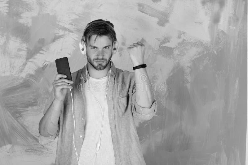 Muzykalny styl życia Błękit przyglądający się elegancki modniś z smartphone zdjęcia royalty free