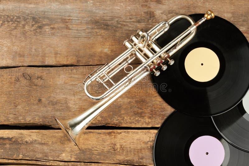 Muzykalny wyposażenie na starej drewnianej powierzchni obrazy stock