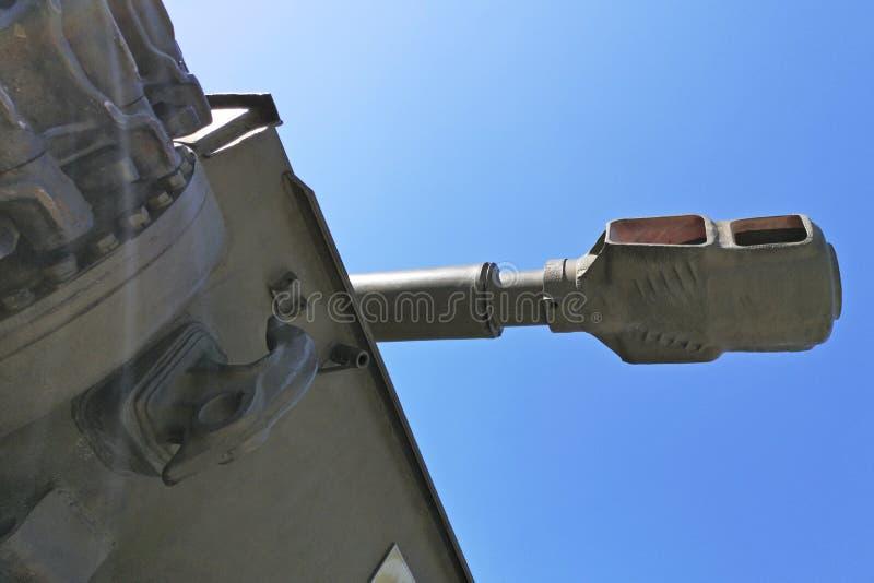 Muzzle fat artilleripil med militär stridsvagn mot blå himmelbakgrund Stängning av stridsvagnsmunstycke arkivbilder