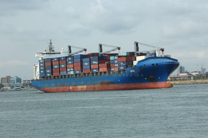 MV Leto Monrovia vertrekt de haven van Lagos, Nigeria stock afbeelding