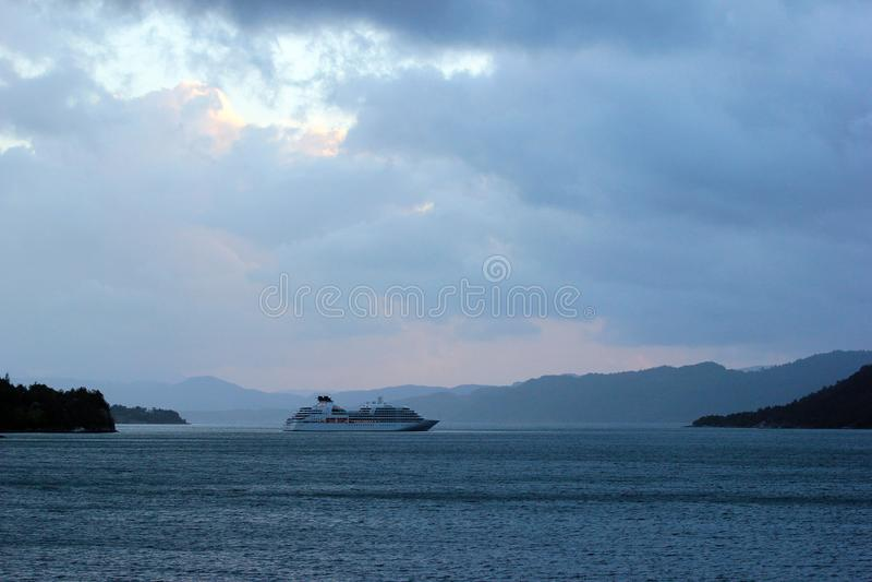 MV Seabourn poszukiwanie blisko Aenes, Norwegia fotografia royalty free