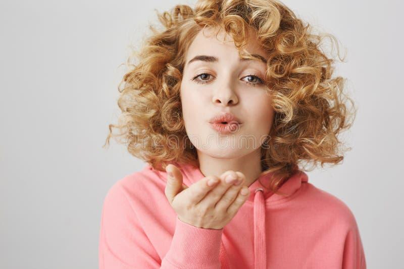 Mwah voor al mijn besties Portret van het knappe leuke krullend-haired meisje tuiten met mooie uitdrukking en het houden royalty-vrije stock afbeeldingen
