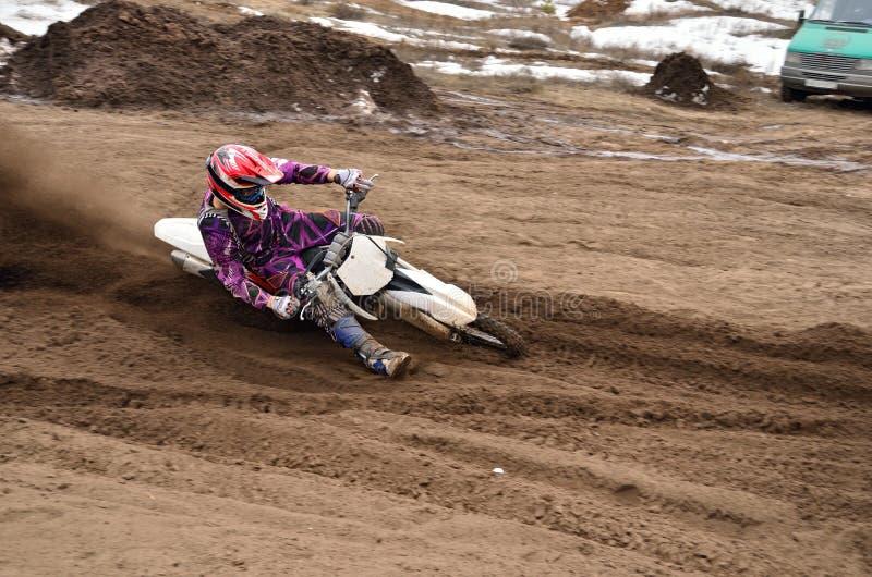 MX bieżny kierowca przy kręceniem w piaskowatych bekowiskach obrazy stock