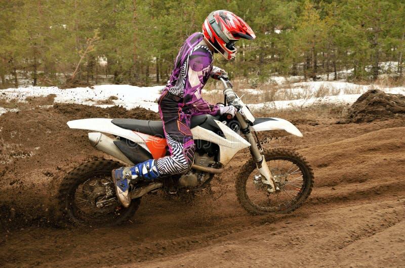 MX de motocrossspoor van het ruiterprobleem op zijn beurt royalty-vrije stock afbeeldingen