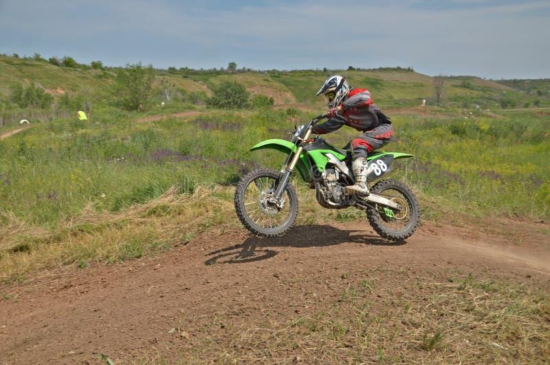 MX ruiter op de fietssprongen van een heuvel royalty-vrije stock afbeeldingen