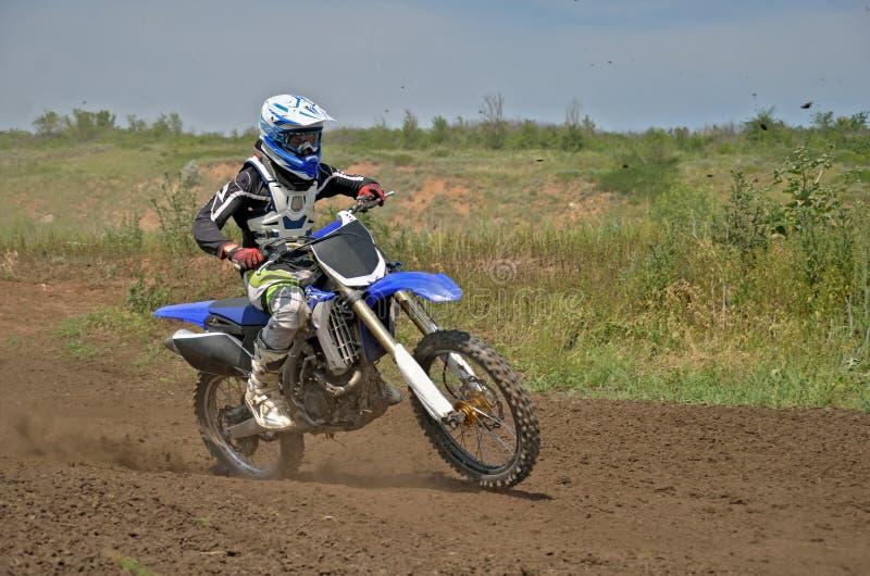 MX ruiter op een motorfiets in een kromming stock foto