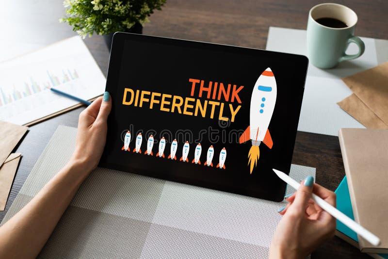 Myśleć inaczej, umysł outside pudełko, twórczość, innowacji pojęcie na ekranie fotografia royalty free