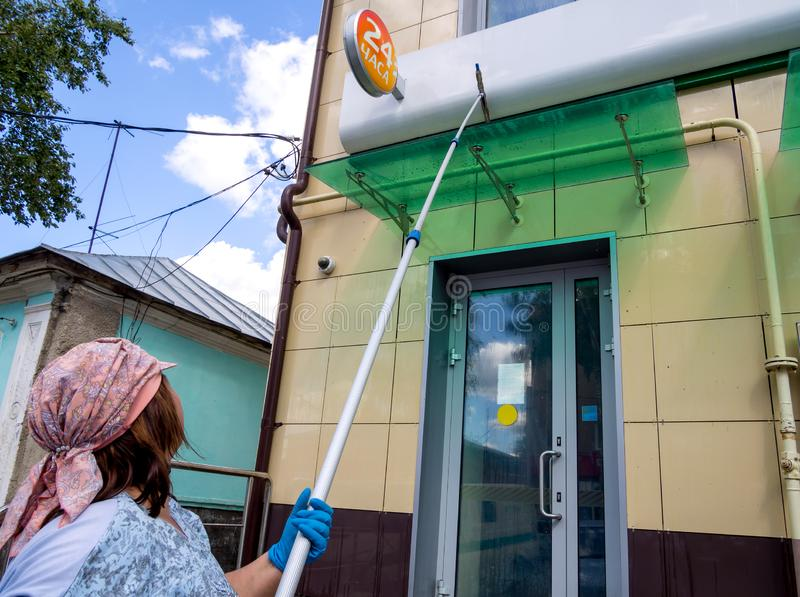 Myć fasadę budynek z długim muśnięciem obrazy stock
