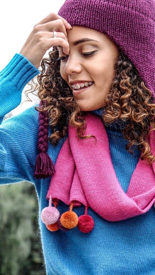 Myśląca Śliczna Peruwiańska Nastoletnia dziewczyna Jest ubranym zimę Odziewa zdjęcie royalty free