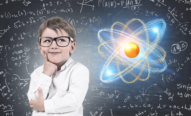 Myśląca chłopiec w szkłach, atom zdjęcie royalty free